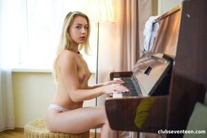 Alecia-Fox-Hot-blonde-Teen-Spreading-her-Legs-08-19-j7divj0goa.jpg